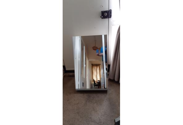 kastje met spiegel, stopcontact en halogeen-lampje - 20210405_101841