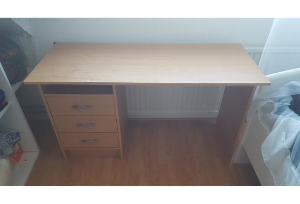 Licht klein bureau met 3 laadjes - 20210908_091307