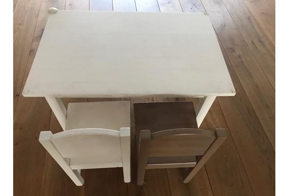 Kindertafeltje met twee stoeltjes - tafeltje1