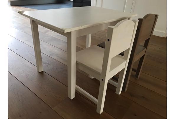 Kindertafeltje met twee stoeltjes - tafeltje2
