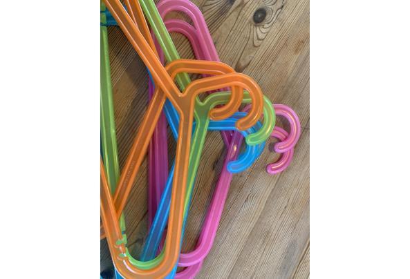 Zeven Gekleurde klerenhangers - kunststof  - image
