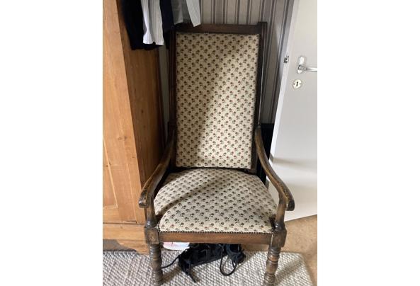 Stoelen antiek een opa stoel en een antieke eiken stoel  - 9AFCBD37-B7C4-4D90-BF97-58DD6C786490