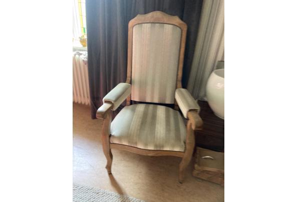 Stoelen antiek een opa stoel en een antieke eiken stoel  - CB882D18-3BC2-4AA2-ABEC-87080005DED2