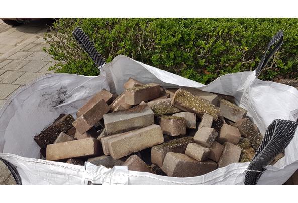 2 kuub stenen voor aanleg tuinpad ed - 20210519_153959