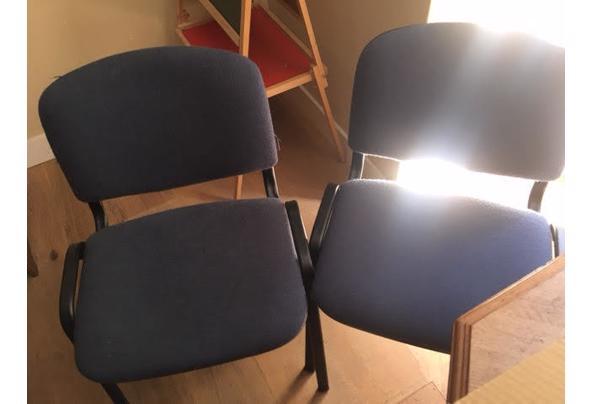 2 Zwart metalen stoelen met blauwe zitting van stof - 90D66815-1D02-4153-925F-CC4CF247BE31