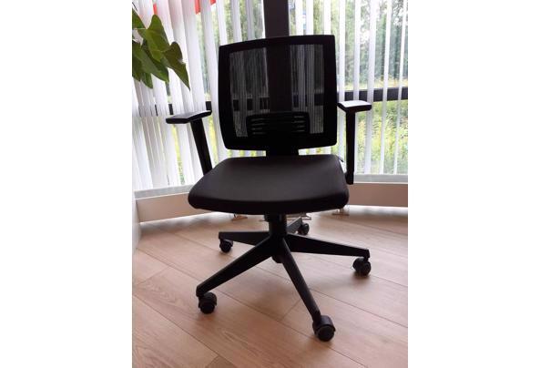 Zwarte bureaustoel in hoogte verstelbaar.  - Zwarte-bureaustoel