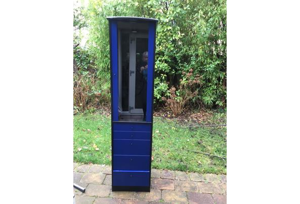 Blauwzwarte vitrinekast  met laden - 675882FC-D91F-460A-B8BA-9DE3CF9256F3.jpeg