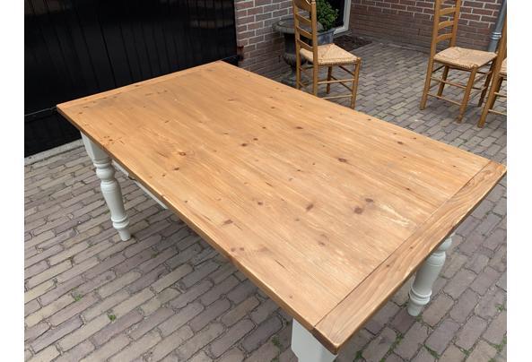 Grenen tafel + 4 stoelen met biezen zitting - C09A5D8C-BFFE-42C7-9B65-54FCA1A8A7E1