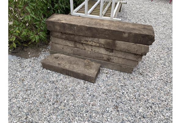 Mooie klinkers (750 stuks), betonnen randen (3,5 stuks) en houten pallet - 519D66AD-02C1-4487-B453-28DCFC78366F