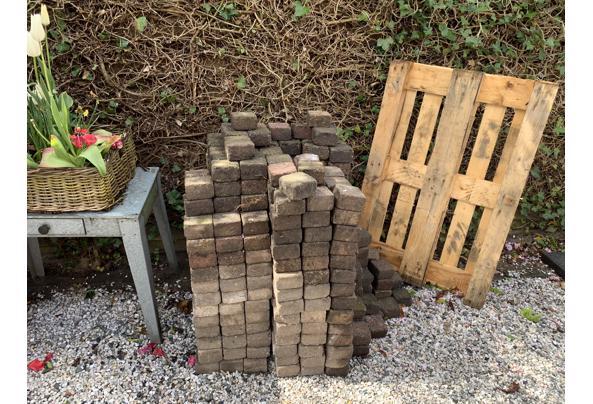 Mooie klinkers (750 stuks), betonnen randen (3,5 stuks) en houten pallet - CDADAD0B-7D16-473D-A51A-17182E460C2E