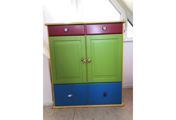 Kinderkamer kast met lades in primaire kleuren - 51431F87-5ECD-47D7-AEDD-133F3B5AD70D