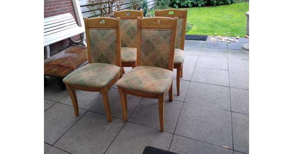 Vier stevige houten stoelen