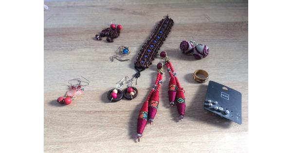 Kleurrijke sieraden o.a. Uit Ghana en Peru