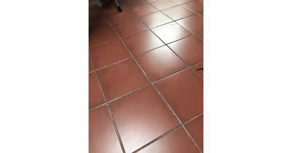 Twee stapels terracotta tegels