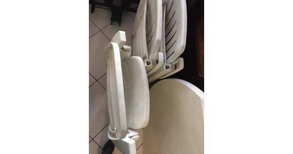 Wit plastic stoelen en tafel