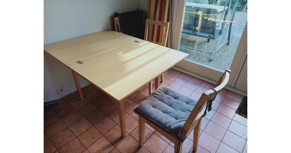 Invouwbare houten tafel en 2 houten stoelen