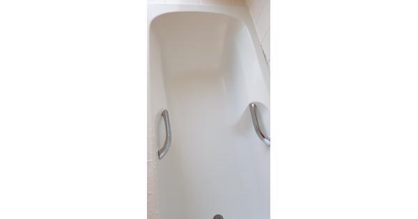 Ligbad met verbreed douch gedeelte