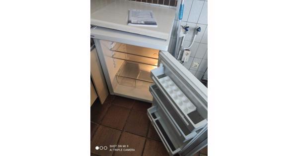 Keuken af te halen met gasfornuis en koelkast