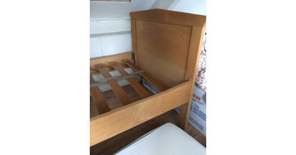 Mooi houten bed 1-persoons