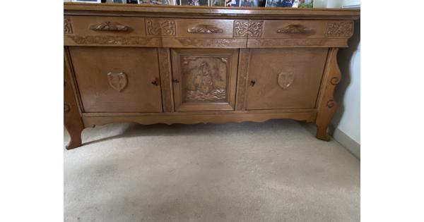 Antieken dressoir met houtsnijwerk