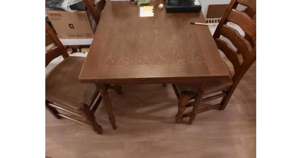 Mooie donker eiken eethoek met 4 mooie stoelen