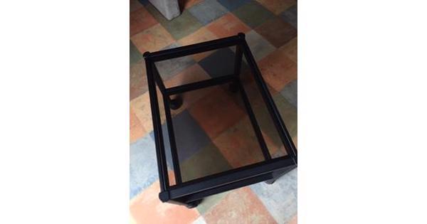 tv-meubel/bijzettafel op wielen, zwart metalen frame met licht getint glazen platen