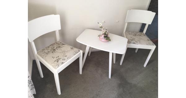 tafeltje met 2 stoelen