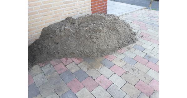 Berg wit zand voor bestrating met tegels of stenen.