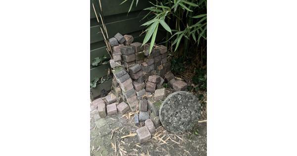 Stapel stenen gratis af te halen