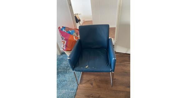 Vier blauwe stoelen