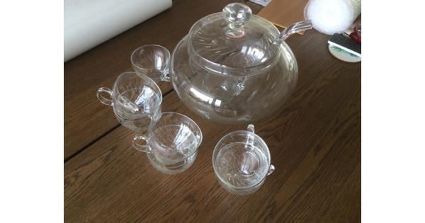 Glazen bowl kom met lepel en mokken....prima staat