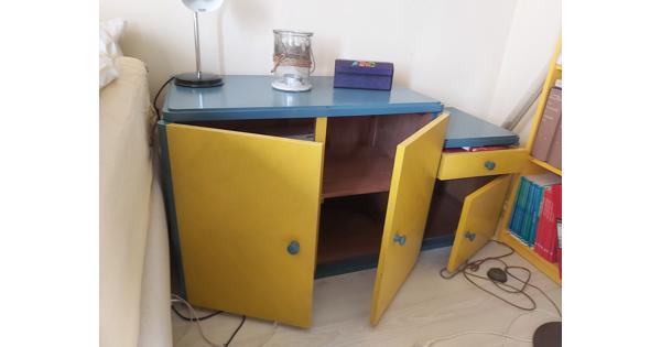 Laag blauw geel kastje