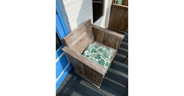 Twee houten stoelen