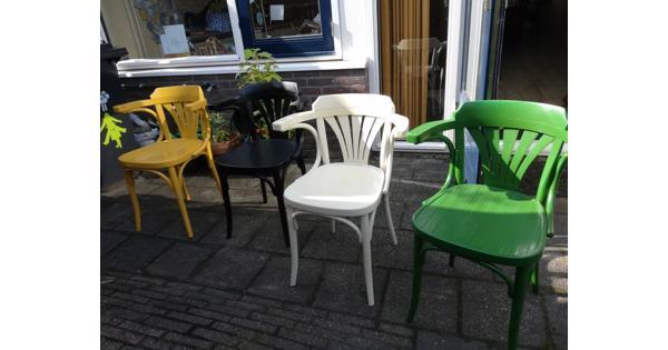 4 gekleurde cafèstoelen