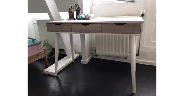 Wit bureau met 3 lades
