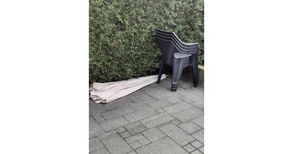 4 antraciet stapelstoelen en parasol incl parasolpoot