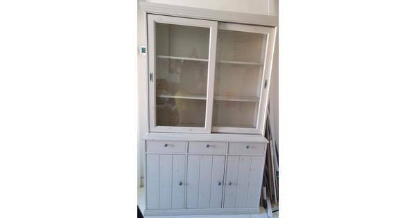 Vitrinekast met glazen schuifdeurtjes, dichte deurtjes + laadjes