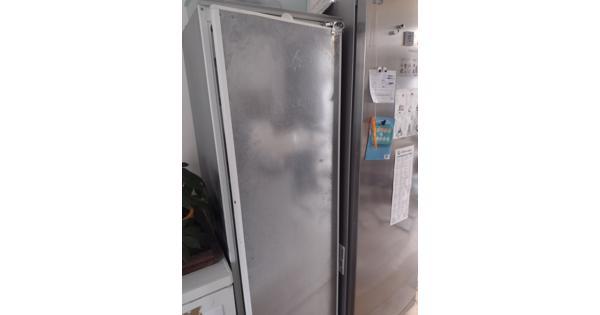 Grote grijze koelkast met vriesvak