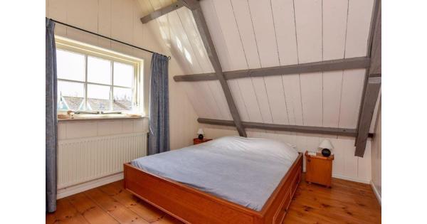 Degelijk tweepersoons bed in teak uitgevoerd met bijpassende nachtkastjes