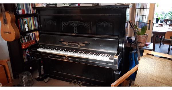 Sierlijke zwarte piano