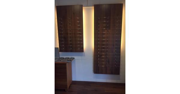 Houten panelen met indirecte verlichting daarachter