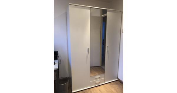 Witte spiegel kast