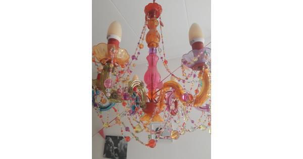 Kleurrijke kroonluchter voor meidenkamer