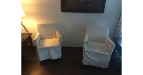 twee witte stoeltjes