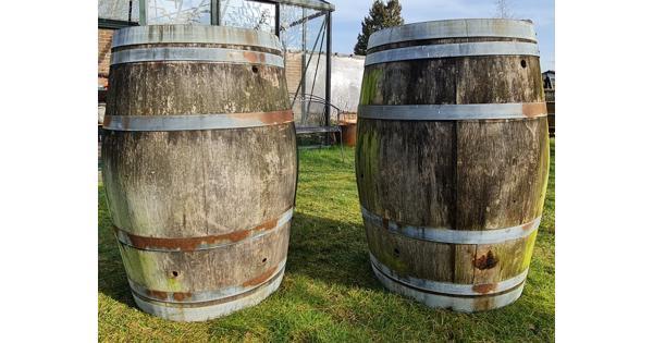 Twee houten decoratieve verweerde regentonnen