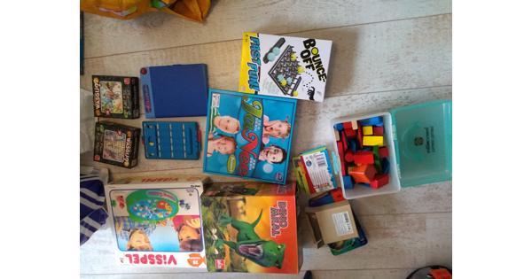 Twee tassen met spelletjes, puzzels en wat speelgoed. Alles in één keer