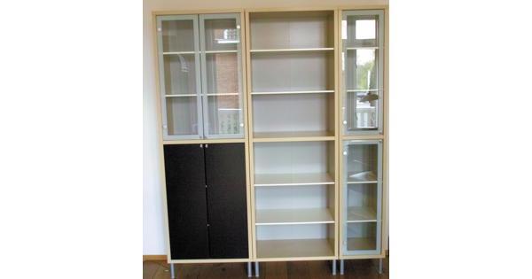 Driedelige kast met 4 glazen deurtjes, 2 gesloten