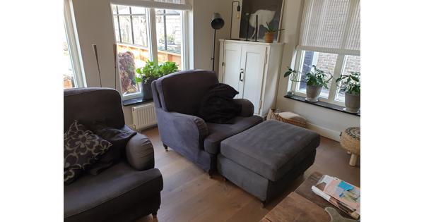 twee fauteuils en een hocker