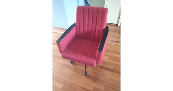 Vintage rode bureaustoel op wieltjes