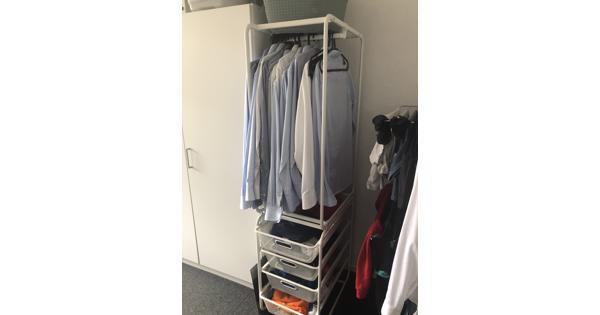 Twee open kledingkasten